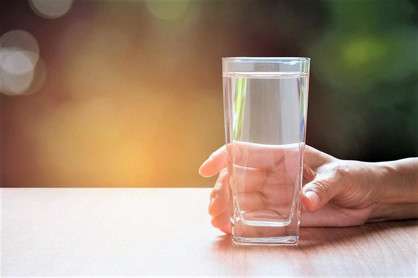 Zakaj voda, ki jo pustimo stati v kozarcu, čez čas spremeni okus? (in ali je varna za pitje)