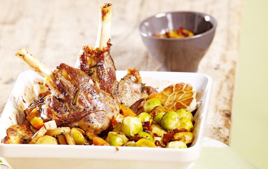 Jagnječja pečenka z brstičnim ohrovtom in krompirjem (foto: Profimedia)