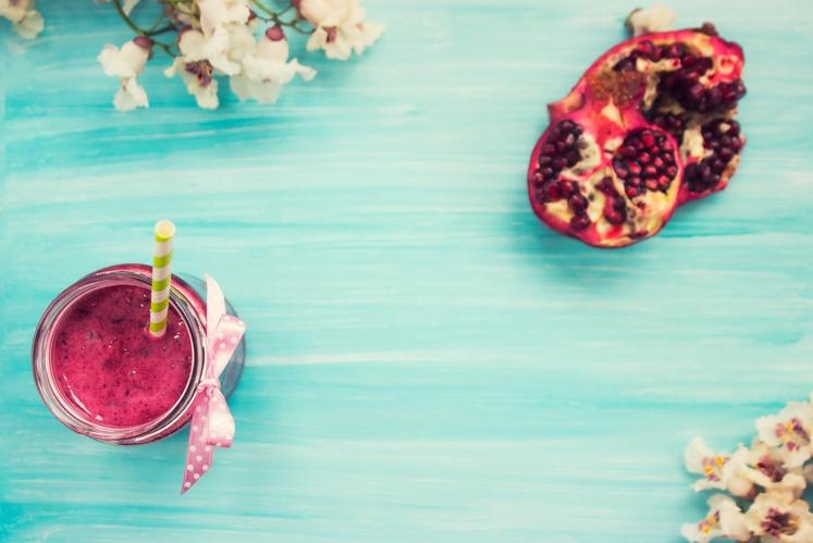 Z granatnim jabolkom Za smuti s citrusi in granatnim jabolkom potrebujete: Polovico banane 1 pomarančo Kose ananasa ½ skodelice semen …