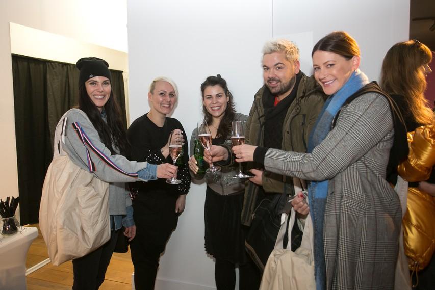 Vesela druščina: Ula Furlan, Jelena Vadnjal, Ana Marija Mitič, Nejc Simšič in Hannah Mancini