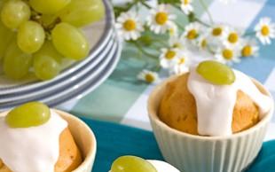 Mafini z grozdjem in belo glazuro
