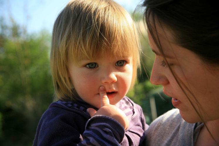 Starši bistrih otrok …. Se pogovarjajo Čeprav se zdi nesmiselno, da bi se pogovarjali z dojenčkom, ni čisto brez pomena. …