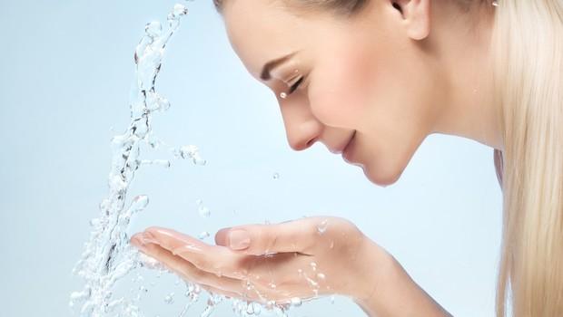 Ste že poskusili umiti obraz z 'radensko'? Poglejte, kaj se zgodi ... (foto: Profimedia)
