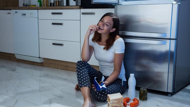 Kako bodo obroki po šesti oziroma osmi uri zvečer vplivali na pridobivanje telesne teže? (foto: Profimedia)