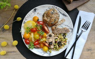 Preizkušamo recept Alenke Košir: Pirine bombice z olivami in s slastno tuno