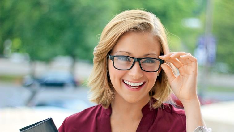 Razbijamo 7 mitov o nošenju očal (foto: Shutterstock)