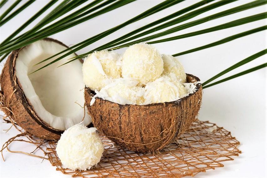 Zdravo sladkanje: Raffaello kroglice brez moke in sladkorja (+ brez peke)