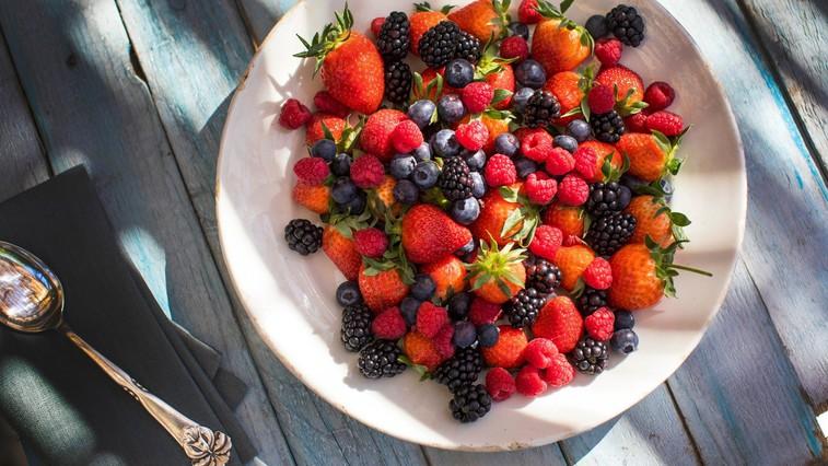 Sezonski zdravi prigrizki: Polnjene jagode, češnjev sladoled in malinove kroglice (foto: profimedia)