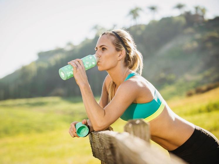 Omislite si plastenko za vodo za večkratno uporabo Tako kot nova športna oblačila, vas lahko tudi steklenica za vodo spodbudi …
