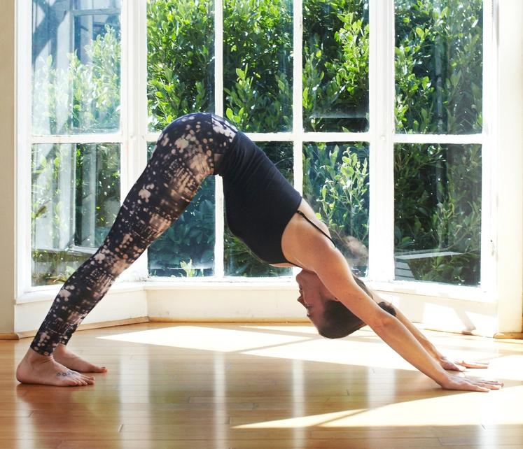 S prvo vajo boste raztegnili boke in noge ter utrdili ramena. Kako jo izvesti? Postavite se na kolena in dlani. …