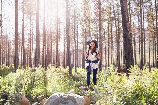 zenska-na-pohodu-gozd