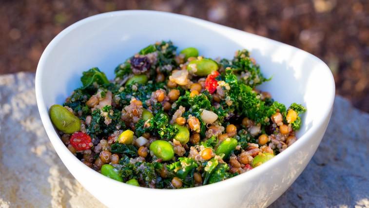 RECEPT: Slastna in nasitna solata s kvinojo, čičerko in pistacijami (foto: Profimedia)