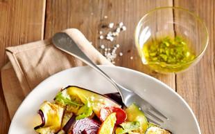 Topla zelenjavna solata s klobaso in peteršiljevo polivko
