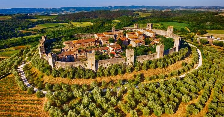 CHIANTI Toskana Pokrajina Chianti se razteza med Sieno in Firencami. Strmo, valovito gričevje je posejano s številnimi oljčnimi nasadi, vinogradi, …