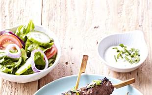 Kebab z zelenjavno solato in jogurtovo pomako
