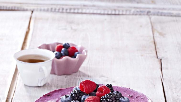 Tribarvna skutna torta z borovničevo smetano (foto: Profimedia)