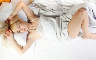 5 možnih razlogov za nočno potenje (in kako si lahko pomagate)