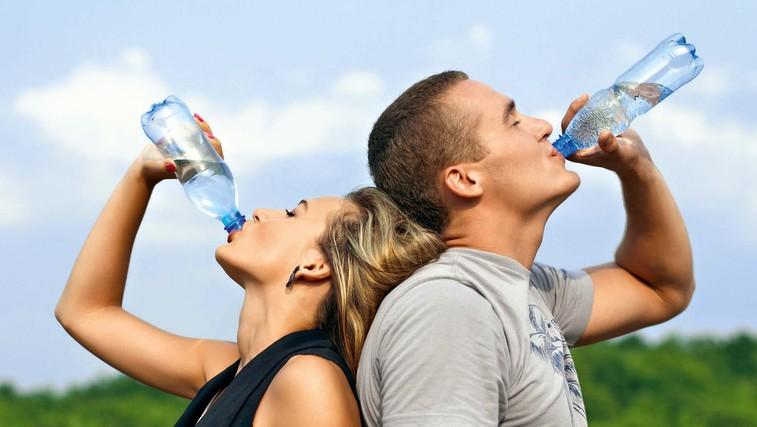 Za potešitev žeje sta najprimernejša voda in nesladkan čaj! (foto: Shutterstock)