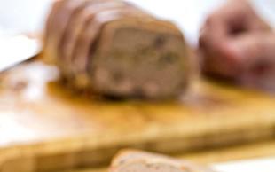 Srnina pašteta z lisičkami, brusnicami in pršutom