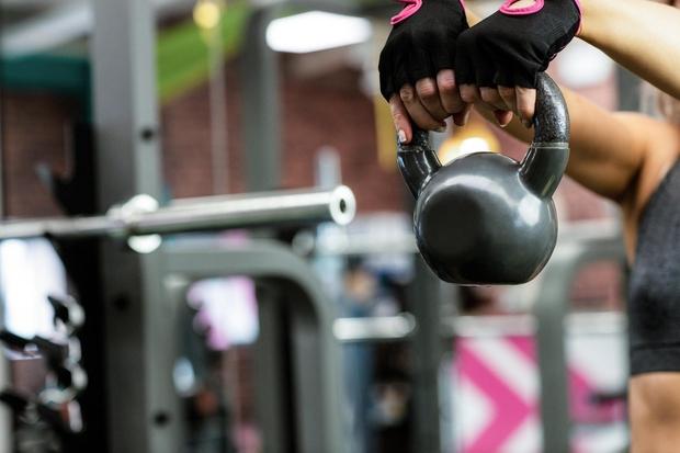 2. Dvigujete prelahke uteži Niste stopili iz območja udobja, zato na vsakem treningu dvigujete isti par uteži. Žal tako ne …