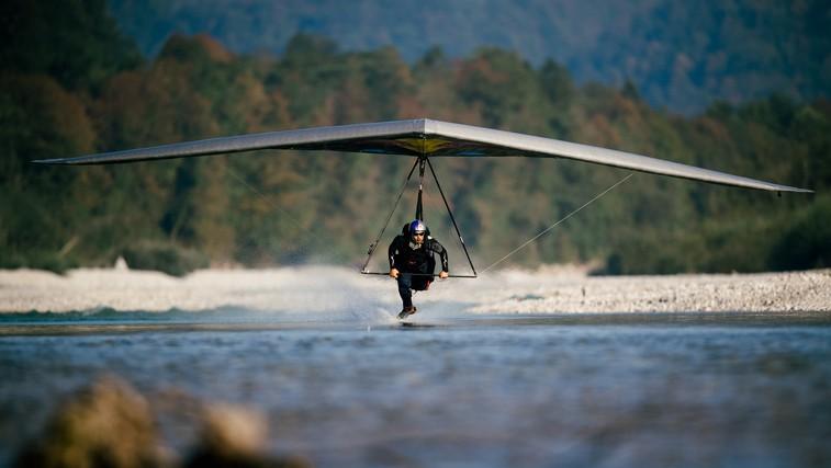 Matjaž Klemenčič z zmajem na reaktivni pogon letel tik nad gladino reke Soče (foto: zasebni arhiv)