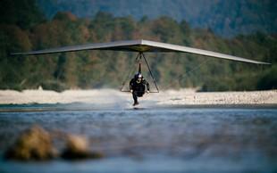 Matjaž Klemenčič z zmajem na reaktivni pogon letel tik nad gladino reke Soče