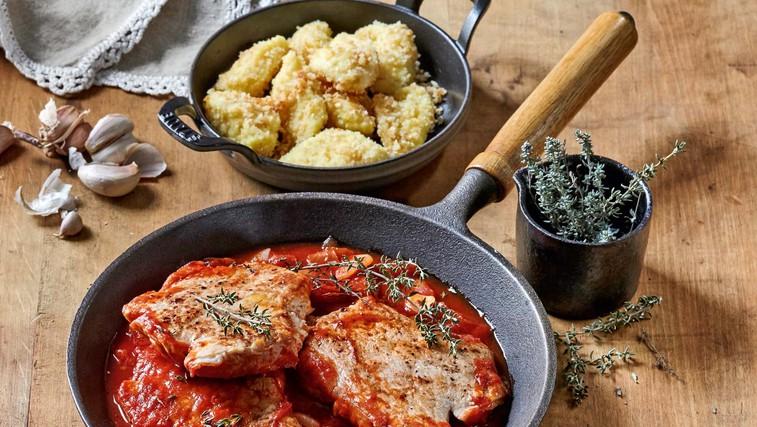 Svinjski kotleti s paradižniki in pečenimi njoki (foto: Profimedia)