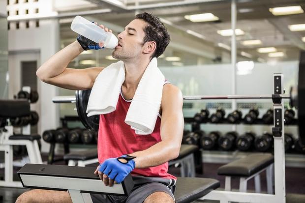 Že blaga dehidracija zmanjša telesno zmogljivost, povzroči občutek slabosti, včasih tudi omotico, pravi raziskava, objavljena v publikaciji Journal of Nutrition. …