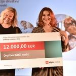 Eva Škofic Maurer, klovnesa in ustanoviteljica društva Rdeči noski, je prejela donatorski ček za 12.000 evrov. Podelila ga je mag. Meta Berk Skok, predsednica uprave Triglav, Zdravstvena zavarovalnica, d.d. (foto: Igor Zaplatil)