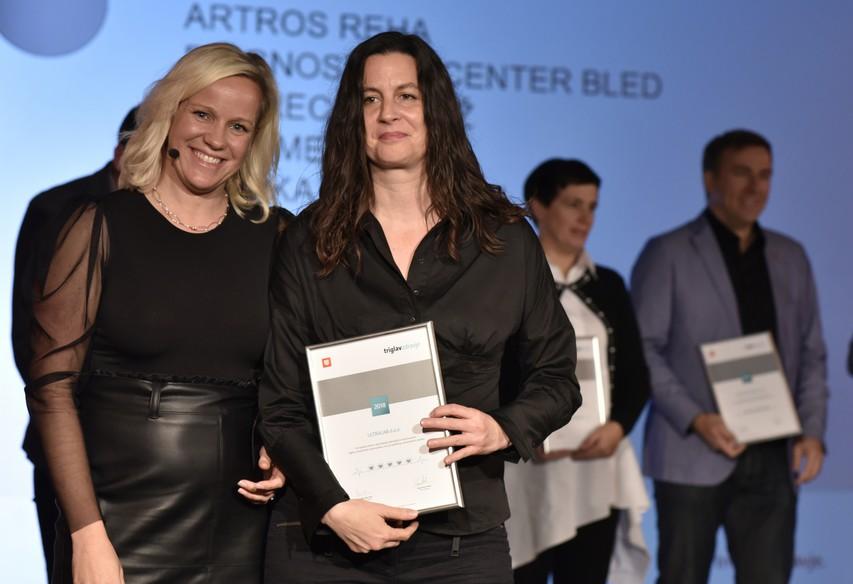 ga. Anja Perovič, direktorica Ultralab d.o.o., prejema priznanje