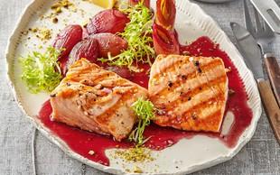 Pečen losos s porom in rdečim vinom