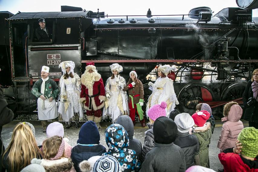 Namigi za praznična potovanja - z muzejskim vlakom in Božičkom ter pravljičnimi junaki