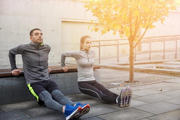 Utrjevanje tricepsa Za vajo boste potrebovali stol ali klop, lahko tudi kavč. S hrbtom se obrnite proti stolu in roke ...