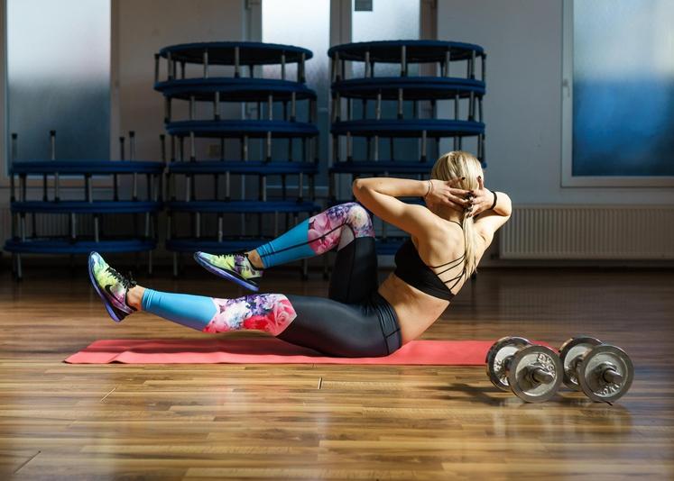 KOLESAR Usedite se na tla in iztegnite noge. Z ravnim hrbtom se nagnite malce nazaj. Držo ohranite čez celo vajo. …
