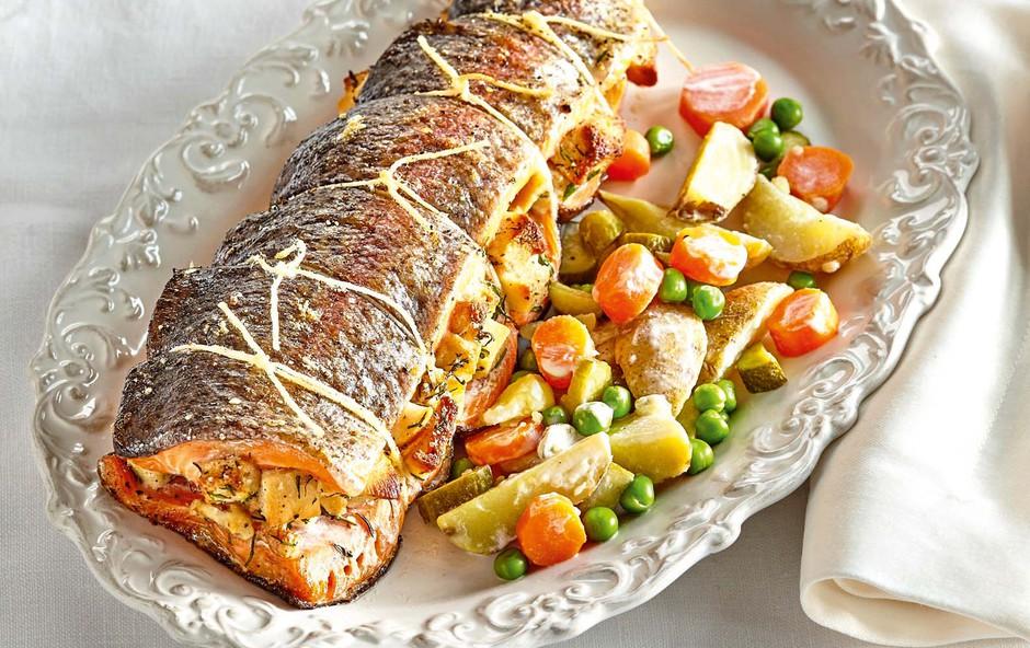 Nadevana šarenka z lahko krompirjevo solato (foto: Profimedia)