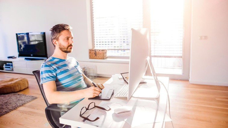 Kako večurno sedenje vpliva na zadnjico? (in celo telo) (foto: profimedia)