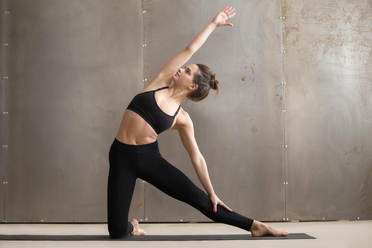 Razteg Postavite se na kolena in poravnajte držo, ramena potisnite nazaj. - Eno nogo iztegnite in se z roko zadrsajte …