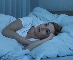 7 vprašanj, ki si jih zastavite, če težko zaspite