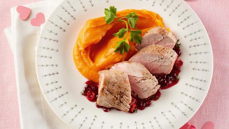 Svinjska ribica s pirejem sladkega krompirja in brusnično omako (foto: Profimedia)