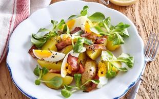Krompirjeva solata z motovilcem, slanino in kuhanimi jajci
