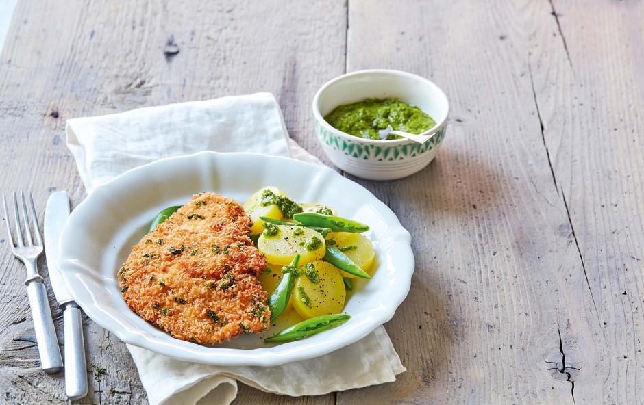 Ocvrt zrezek s krompirjem, stročjim grahom in špinačnim pestom (foto: Profimedia)