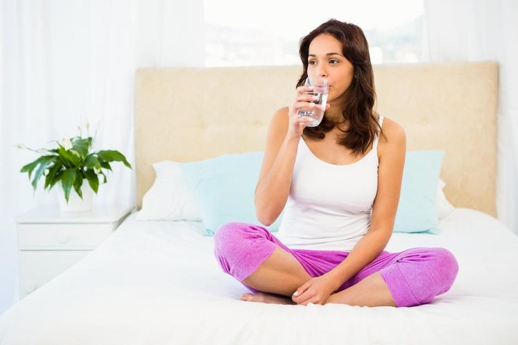 TIK PREDEN SE ODPRAVITE SPAT, PIJETE VODO Poudarek na 'tik preden'. Pravilna hidracija je seveda pomembna, za to vsekakor poskrbite. …