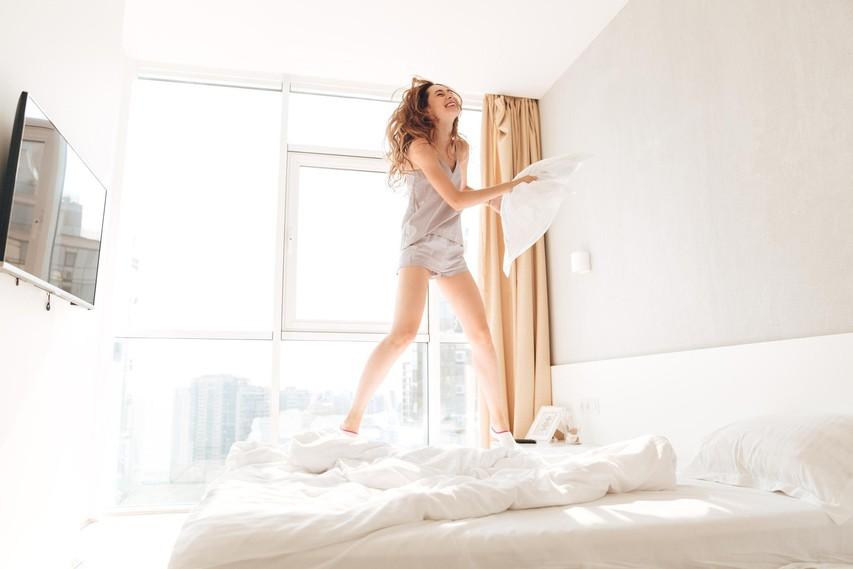Majhni triki, ki hitro izboljšajo kvaliteto spanja (in niso povezani z omejevanjem telefona)