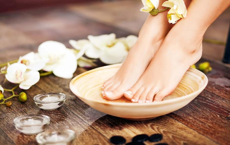 Razvajanje utrujenih stopal po napornem dnevu (foto: Shutterstock)