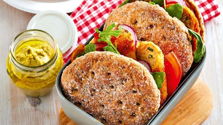 Fokača s tunino, krompirjevim burgerjem in humusom (foto: Profimedia)