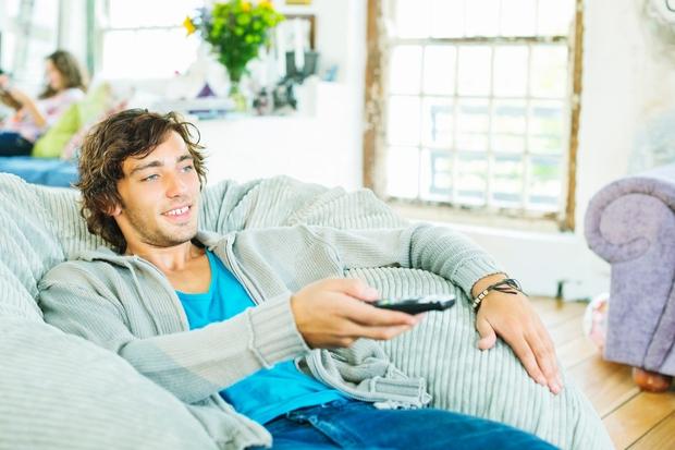 KOLIKO UR NA TEDEN PREŽIVITE PRED TELEVIZIJO? Pri prvem delu raziskave so bili udeleženci razdeljeni v 3 skupine, glede na ...