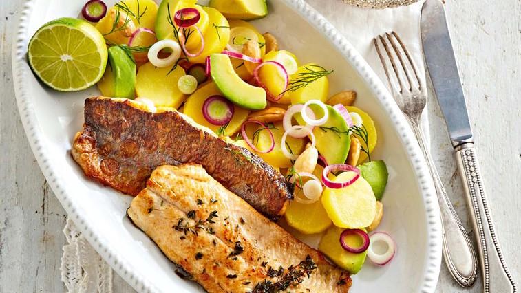 Filet postrvi v lahki krompirjevo-avokadovi solati (foto: Profimedia)
