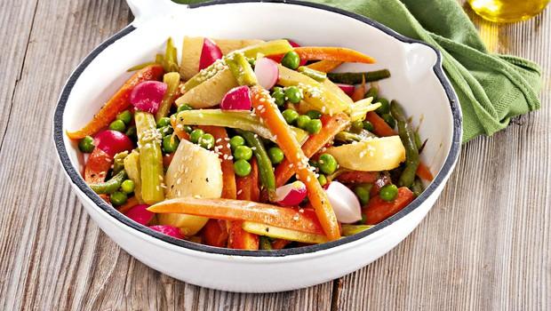 Pomladanska zelenjava z medeno-gorčično omako (foto: Profimedia)