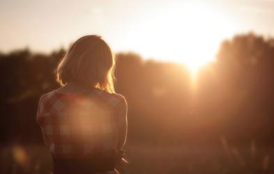 5 toksičnih prepričanj, ki se jih znebite ta trenutek (ker zastrupljajo um in srce)