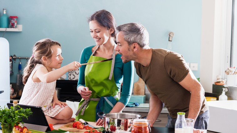 Preizkusite: 5 nadvse pozitivnih učinkov družinske kuharije!